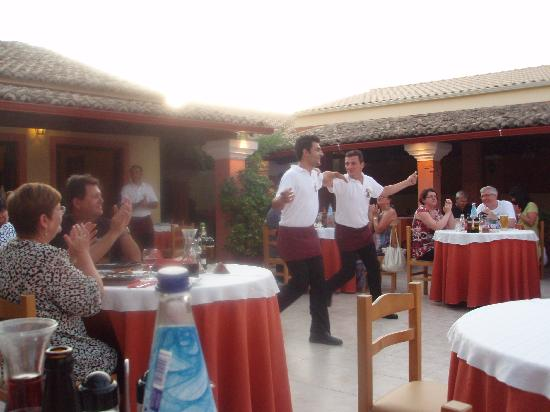 Zorbas: Waiters dancing