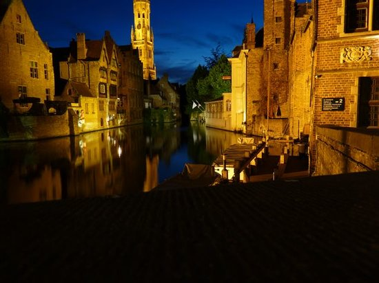 Marksman Tours : Nightime view of the canal in Brugge