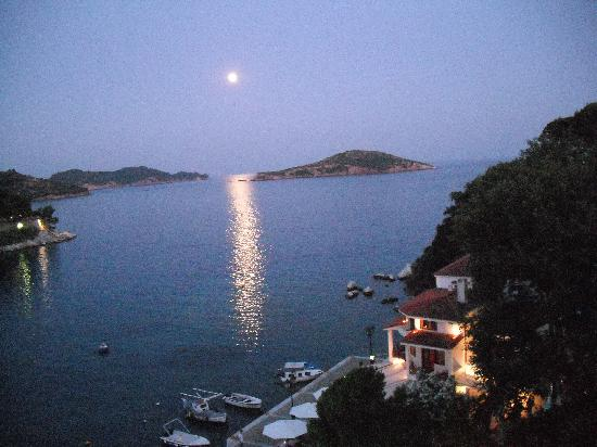 Marialena Village Apartments: Moonlight from Skiathos town