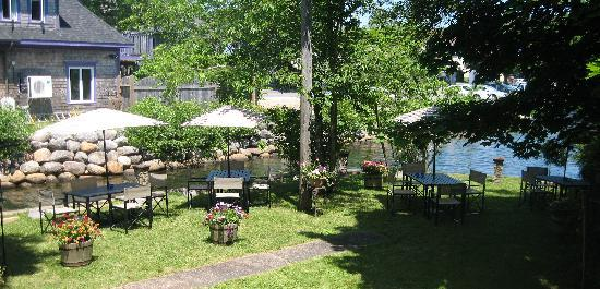 Mahone Bay, Canadá: Outdoor Patio by the canal