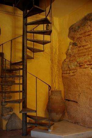 Hotel Empress Zoe : l'escalier du hall d'entrée