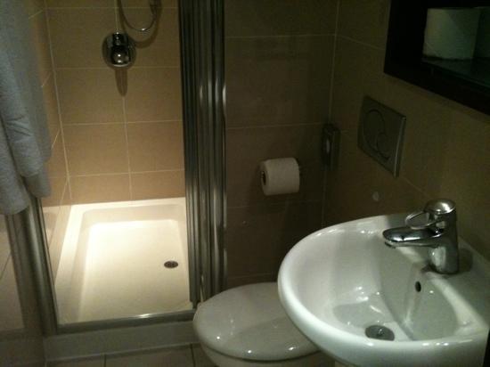 Mercure London Paddington Hotel: bra utstyrt bad som var veldig rent