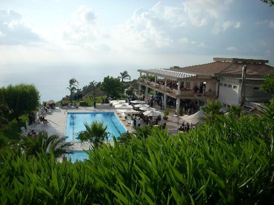 Belmonte Calabro, Italy: Dal giardino vicino all'entrata, vista sulla splendida piscina
