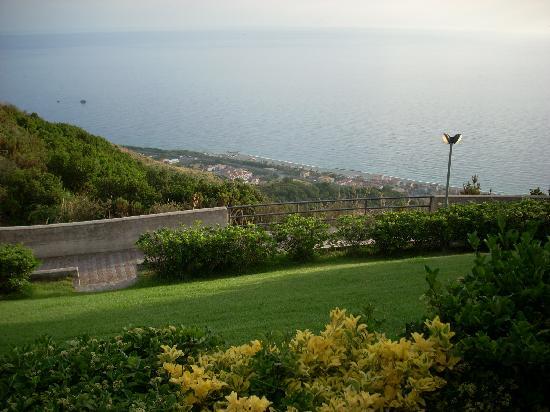 Villaggio Albergo Belmonte: Dal giardino attorno alla piscina, la vista sulla costa