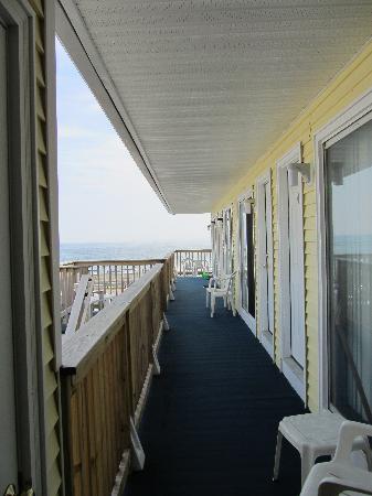 Breakers by the Sea : shared long balcony