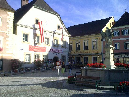 Hotel Goldenes Kreuz - Grell: Altes Stadttheater mit dem Goldenen Kreuz (rechts)