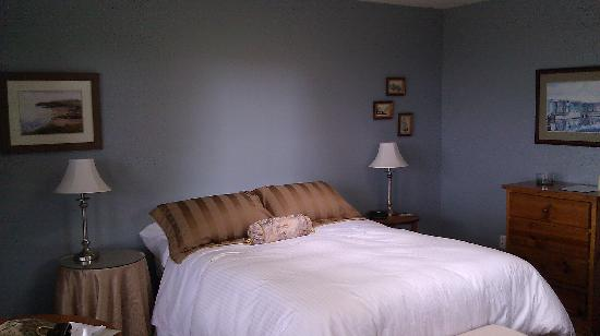 Arbutus Bluff Bed and Breakfast: Bed