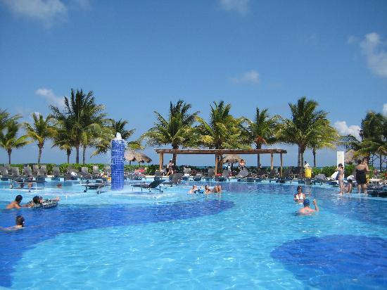 BlueBay Grand Esmeralda: The pool near the beach