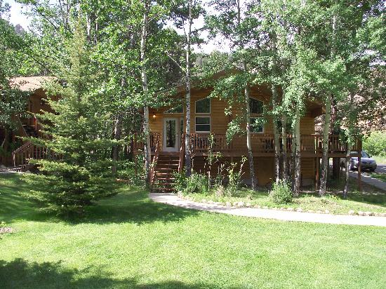 Riverview Pines: Facing the front of the cabin