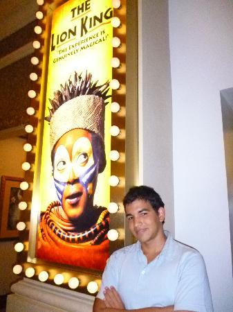 Mi hijo a la entrada en The Lion King
