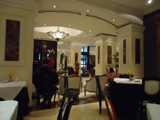 Unique Executive Central: Parte do salão de café da manha e recepção