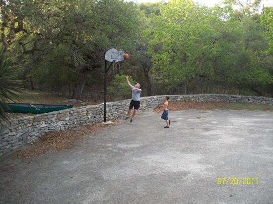 AAA Lazy R & R Cove : Playing basketball while staying at the lodge.