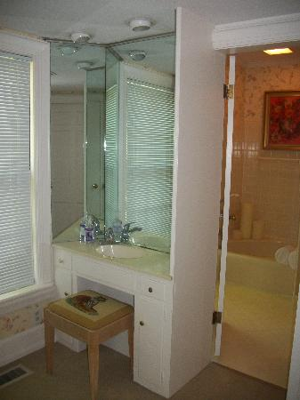 Ruby Lodge at Spring Lake Woods: Dressing closent and bathroom
