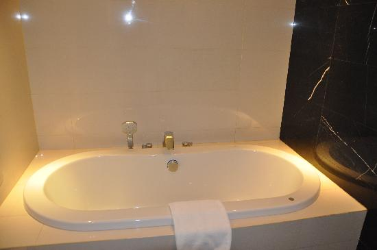 ‪‪Radisson Blu Cebu‬: Bathtub‬