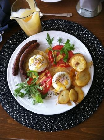 Grey Gables Bed & Breakfast: Each of our favorites: eggs Benedict & hash browns Mmmm...