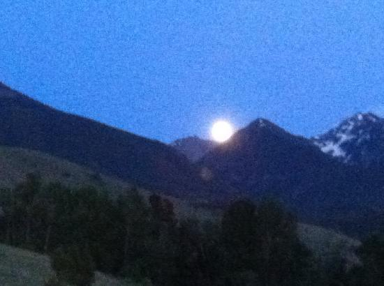 Yellowstone Valley Lodge: grainy, but full moon over mountains