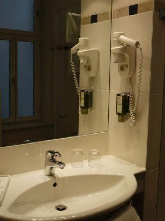 Hotel Wandl: Clean bathroom with attached hair dryer