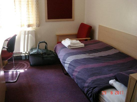 Guildford YMCA: Single ensuite room with lots of storage space