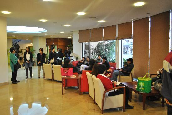 Cinquentenario Hotel: spacious lobby
