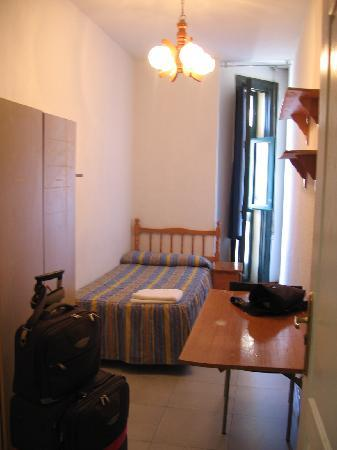 Hostal Residencia Arti: single room, 7th floor, view of the Gran Via
