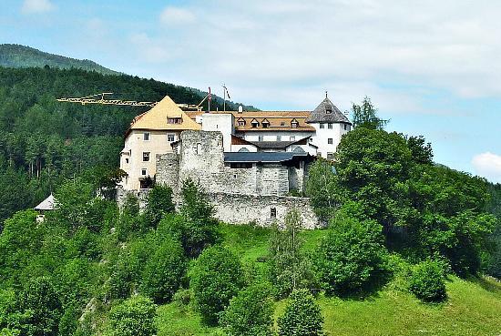 Hotel Schloss Sonnenburg: Die Sonnenburg oberhalb von St. Lorenzen