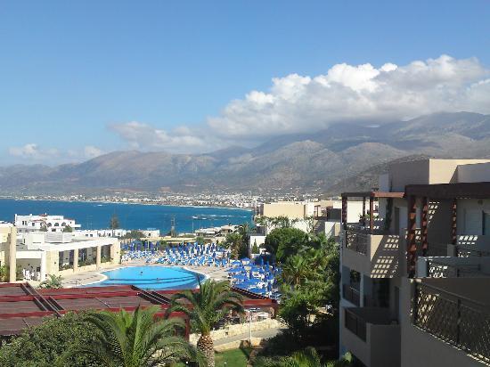 Grand Hotel Holiday Resort: Mein toller Zimmerblick auf Hauptpool und Bucht von Stalis
