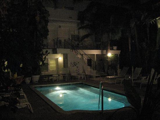 pool at night picture of sobe you bed and breakfast miami beach tripadvisor. Black Bedroom Furniture Sets. Home Design Ideas