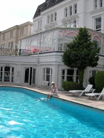 Abbey Lawn Hotel: The Abbey Lawn's outdoor (unheated) pool
