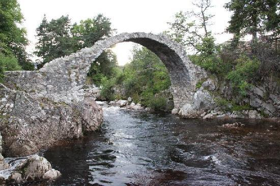 Carrbridge, UK: The hotel is just across the road from the Old Bridge