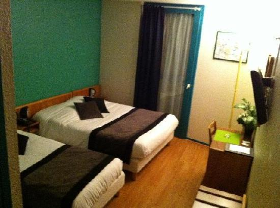 Hotel Castellane: Dbl bed and extra bed