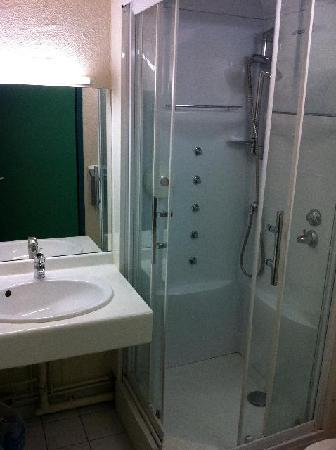 Hotel Castellane: Bathroom & shower