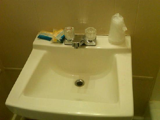 The Admiral Motel: face basin