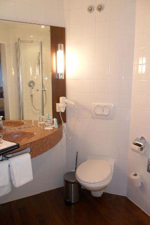 Austria Trend Hotel Salzburg Mitte: Clean bathroom