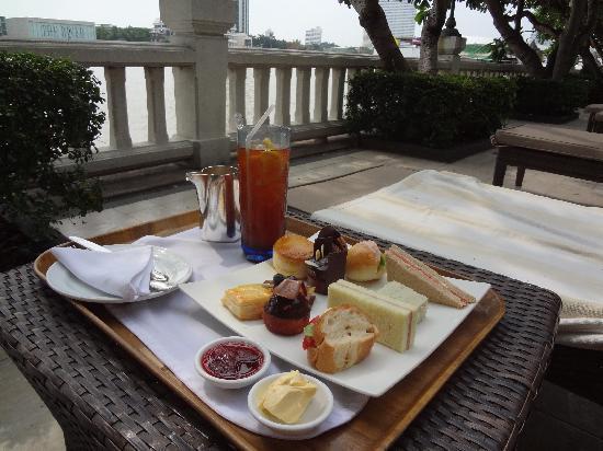 Shangri-La Hotel,Bangkok: プールサイドでアフタヌーンティー