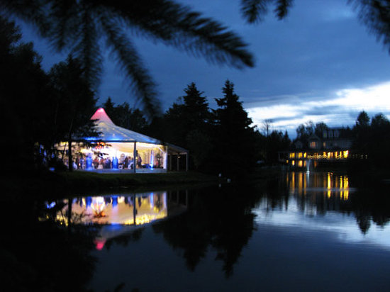Nestleton Waters Inn: Night View of back of Inn from Wedding Tent
