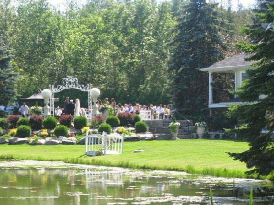 Nestleton Waters Inn: Waterfront Ceremony Site with White Arbour