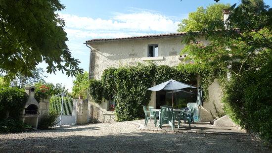 Le Petit Roc: Les Marronniers rear courtyard and BBQ