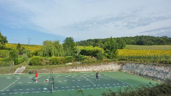 Le Petit Roc: A gite in France with tennis coaching.