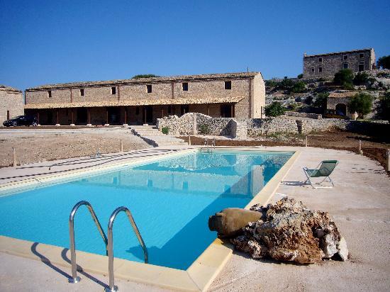 Nacalino Agriturismo: piscina con vista sul casale Valle dell'Acanto