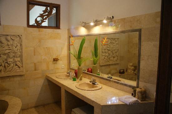LadyBamboo Villa: Riverside- Suite Riesiges Badezimmer, schöne Blumendekoration, leider Fenster nicht verschließba