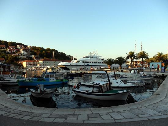 Adriatiq Resort Fontana: Jelsa harbour
