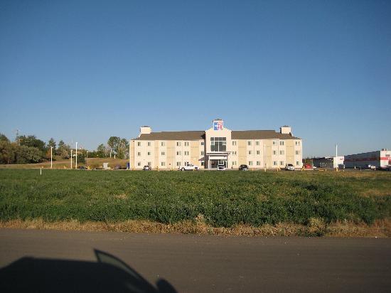 Motel 6 Estevan : Front of Hotel