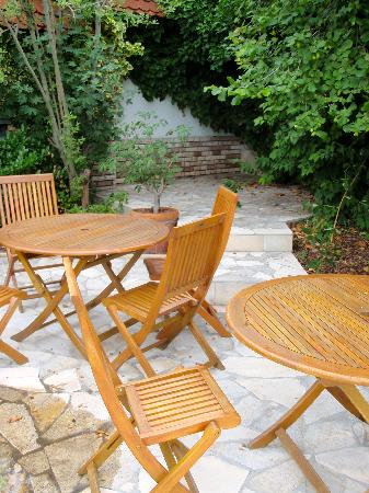 Holiday Hotel Tihany: outdoor sitting area