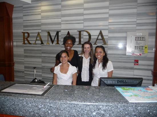 Ramada Vancouver Downtown: The girls in the front desk