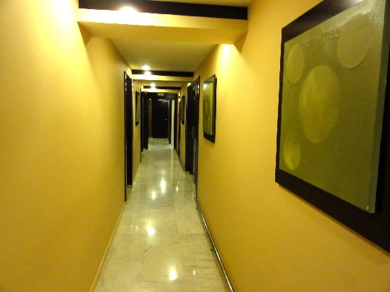 Hotel Catalonia Brussels: Halway leading to our room