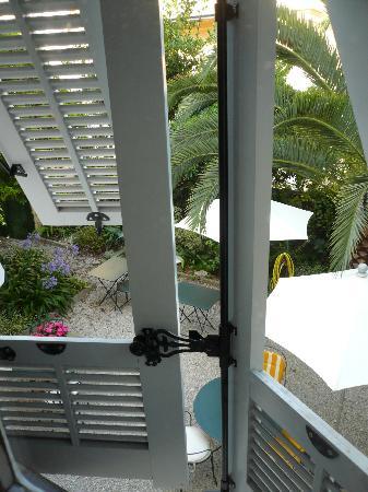 Hotel Villa les Cygnes : Vue sur le jardin