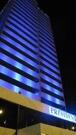 President Hotel: vue de l'hôtel la nuit