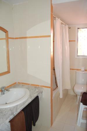 Samira Club: sdb avec baignoire (majorite avec douches)