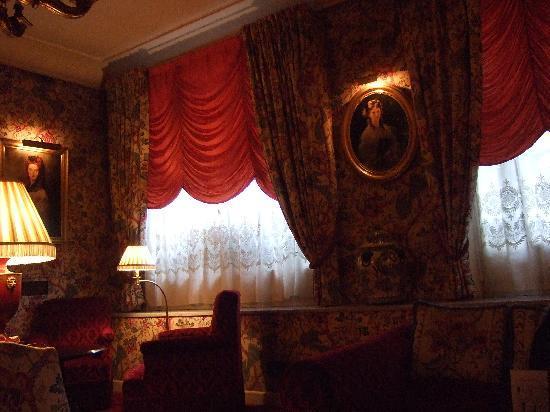 Victoria Palace: シックなロビー