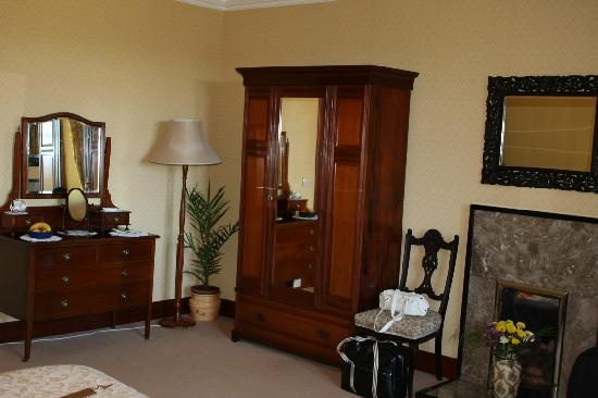 Tigh na Sgiath Country House Hotel: Antique furniture in Cromdale